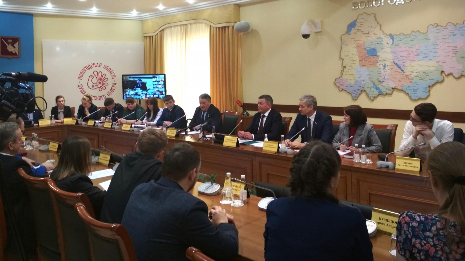 Губернатор Вологодской области провел прямую линию с молодыми парламентариями