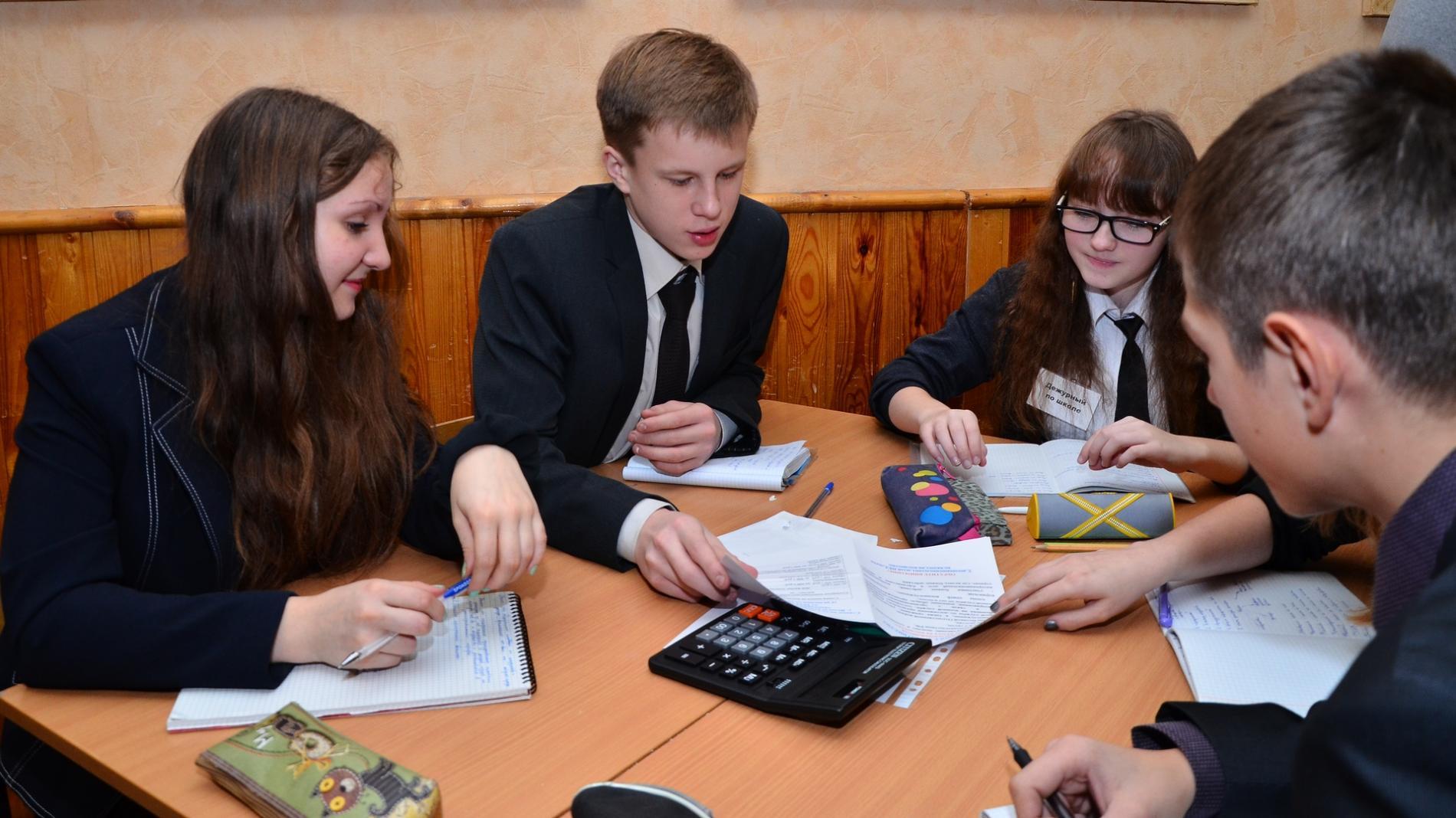 Жители России посоветовали обучать школьников навыкам общения