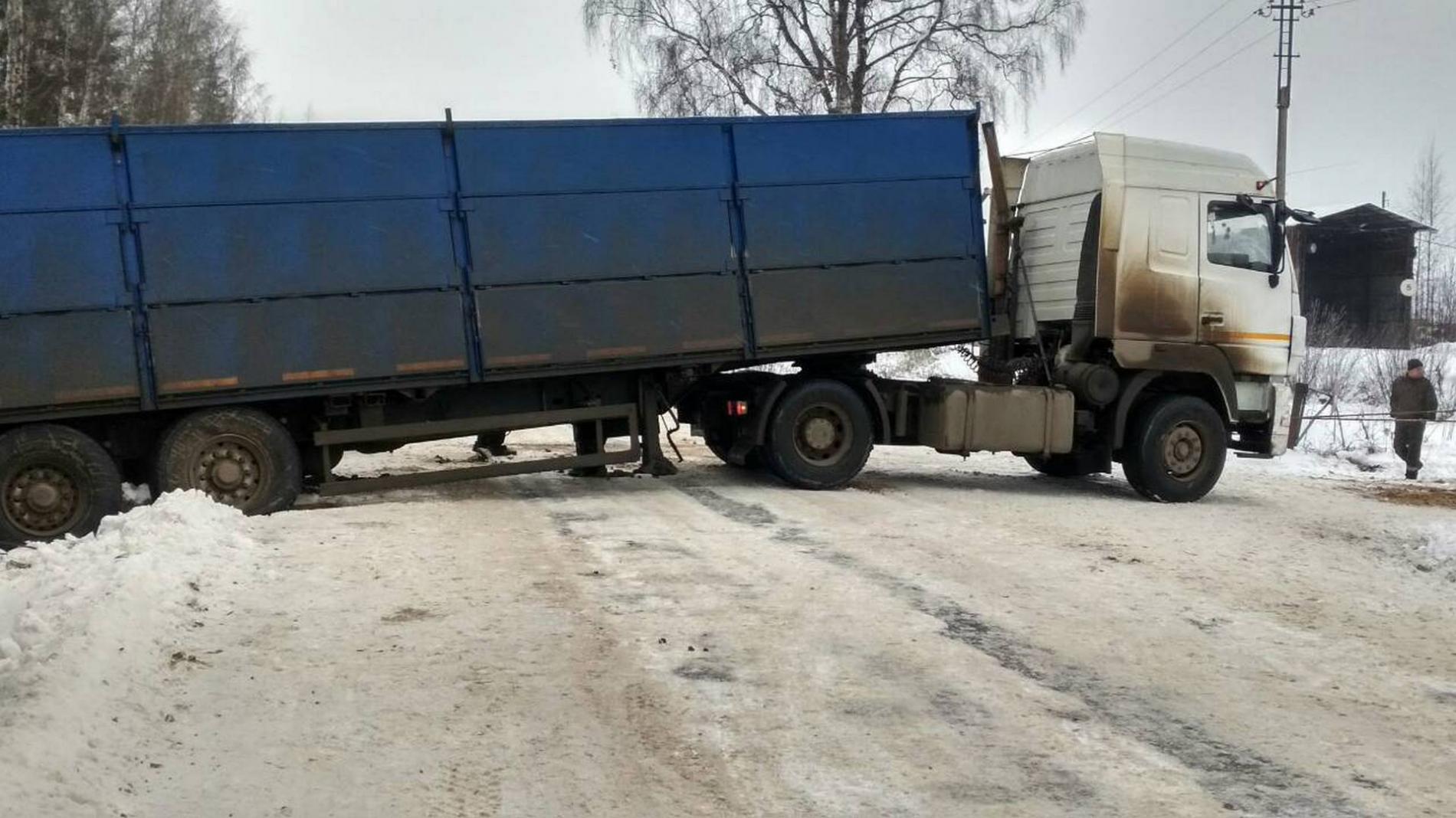 В Вологодской области съехавший с дороги МАЗ парализовал движение