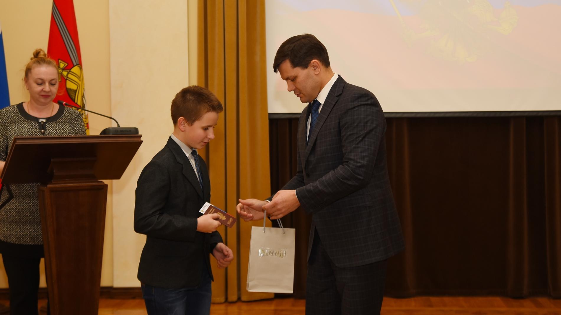 Липецким учащимся вручили паспорта вканун Дня Конституции