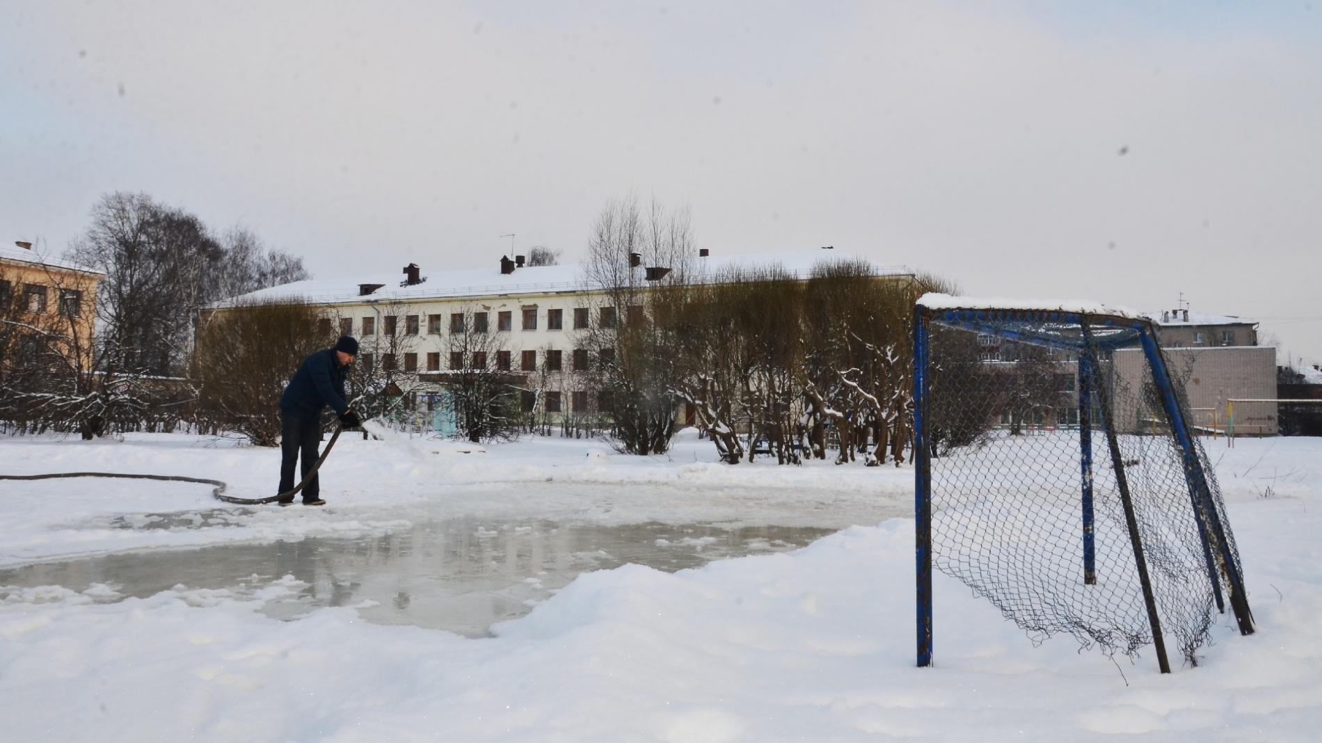 Активисты «Совета отцов» заливают ледовую площадку рядом со школой в микрорайоне Лукьяново