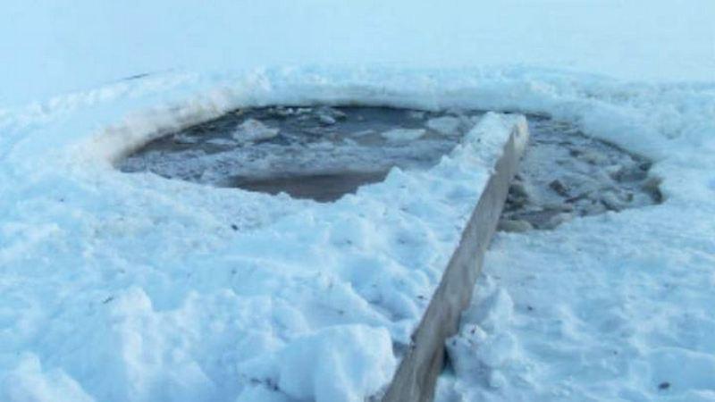 Двое мужчин наболотоходе провалились под лед